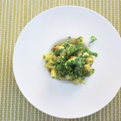 Pasta con pesto de Kale y Kale salteada