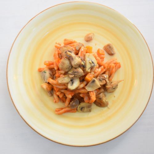 pasta con salsa ragú al romero